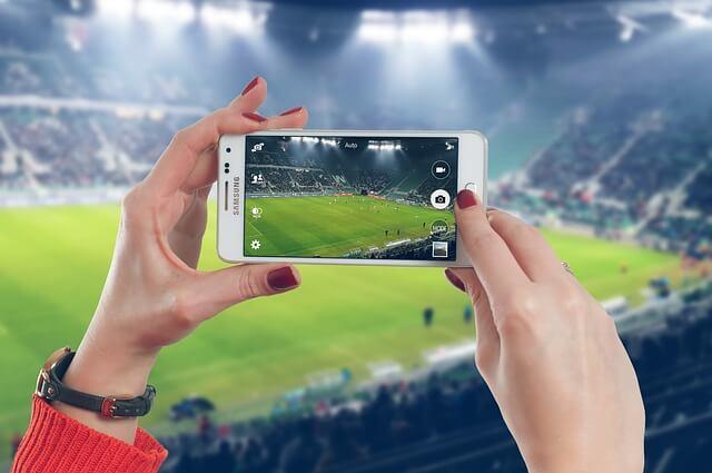スタジアムの写真を撮る女性