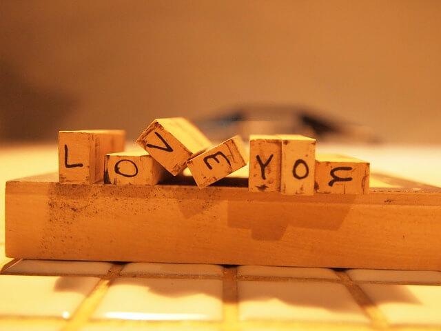 「LOVE YOU」と書かれた積み木
