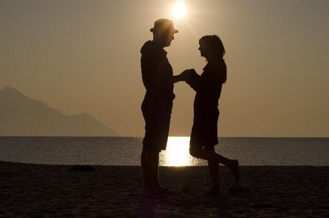 手をつなぐカップルのシルエット