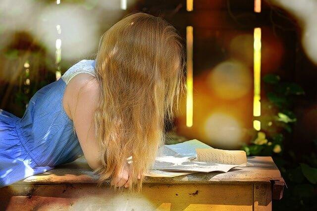 手紙を読む長い髪の女性