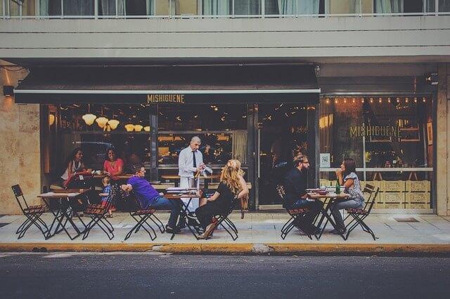 カフェのオープン席