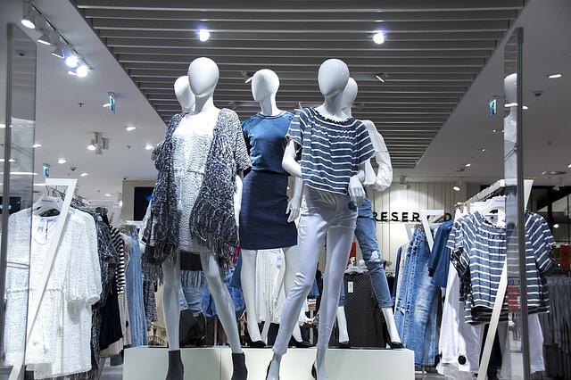 店頭にあるファッショナブルな服