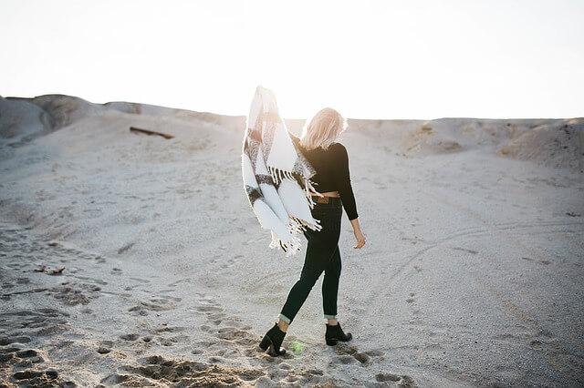 ビーチを一人で歩く女性
