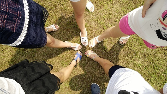 結束を示す女性チームの足