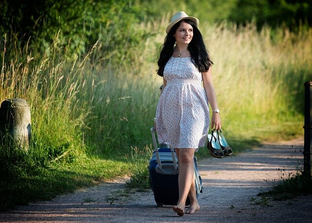 夏のドレスをまとった女性