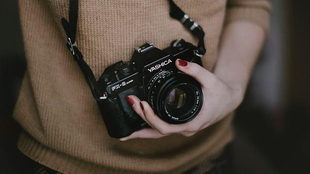 カメラを抱える女性