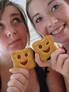 クッキーを作る仲良し男女