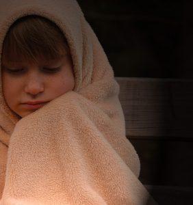 毛布をくるまう女性