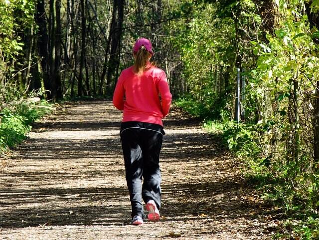 森林の中をランニングする女性