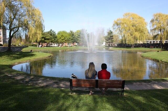 ベンチで二人きりで座る男女
