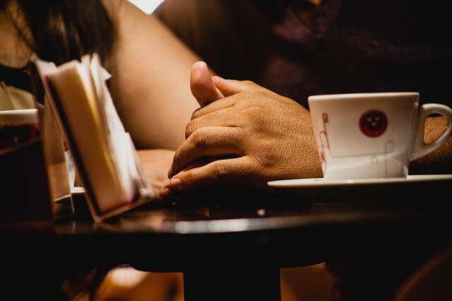 コーヒーカップと手