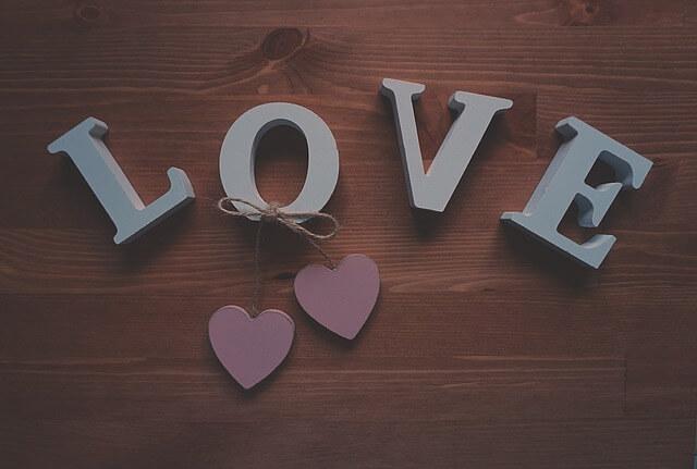 「LOVE」と書かれた木