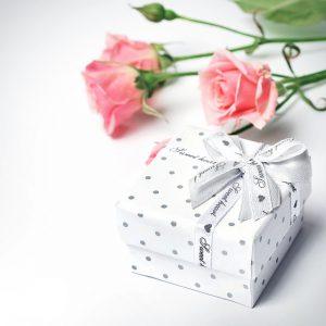プレゼントとピンクのバラ