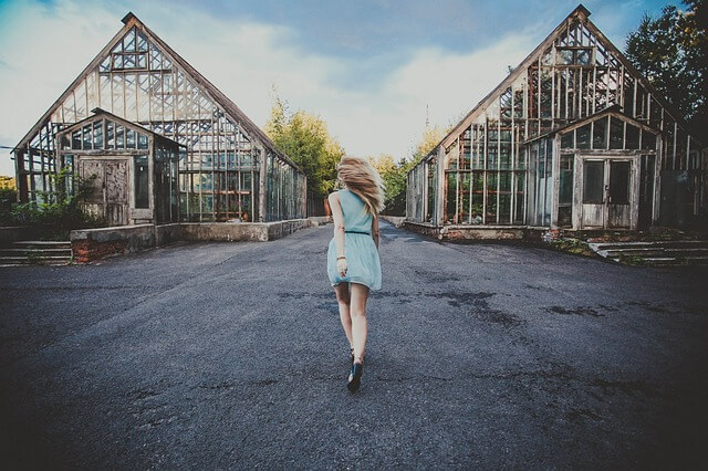 青いドレスを着て走る女性