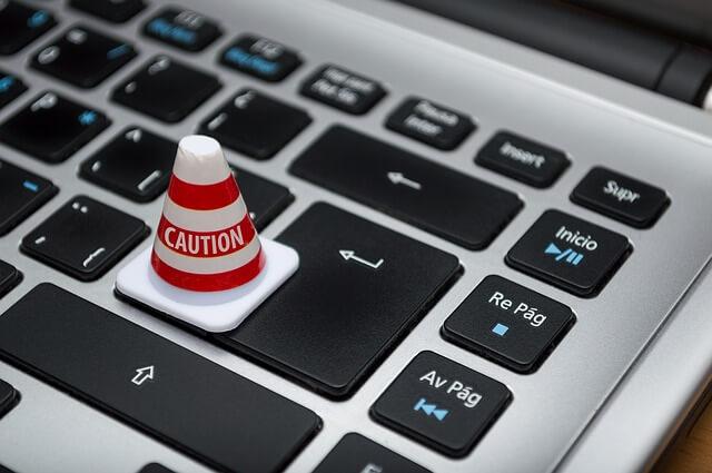 PCのキーボードの上にある小さいコーン