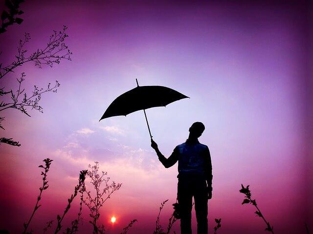 傘をさす男性のシルエット
