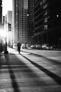 ダウンタウンを歩く女性