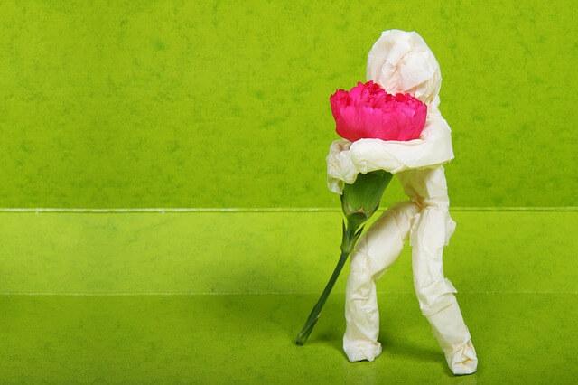 美しい花を持つ男性