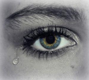泣いている女性の目