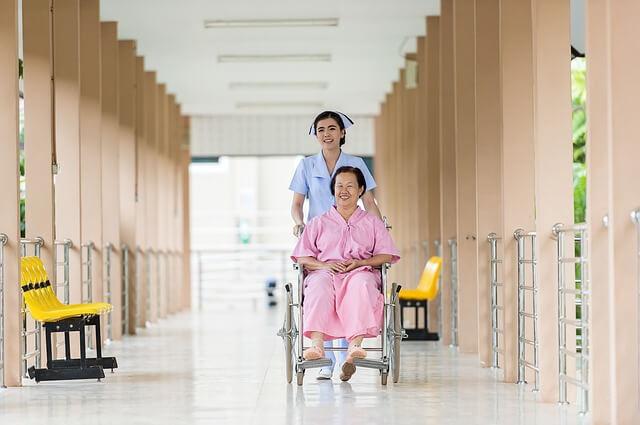 車いすを押す看護師