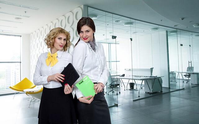 オフィスで働く女性二人