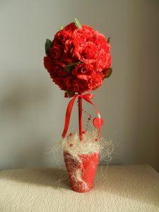 装飾された赤い花