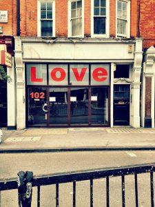 「LOVE」と書かれた店