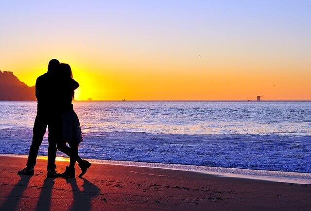 夕日に照らされたカップルのシルエット