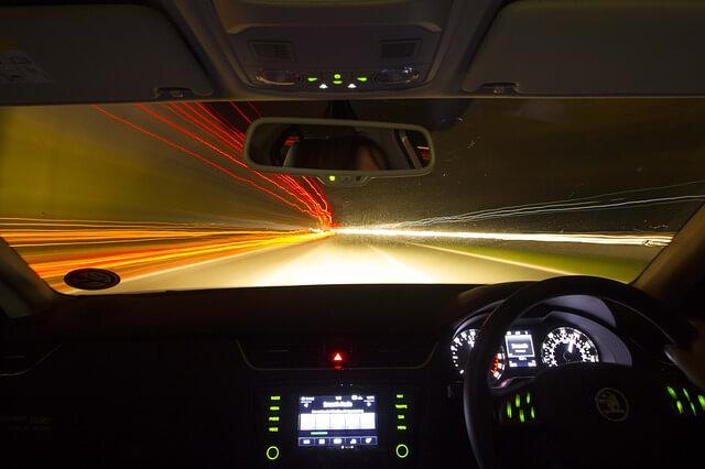 車内から見た高速道路のトンネル内