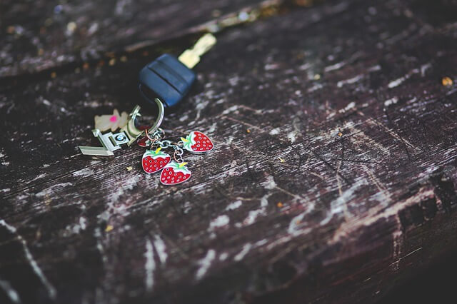 イチゴのアクセサリーがついた車のキー