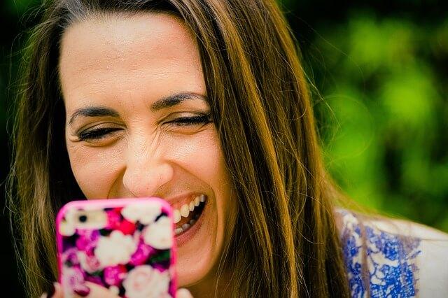 笑顔でスマホで話す女性