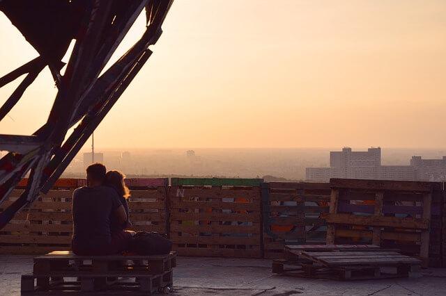 日没に抱き合うカップル