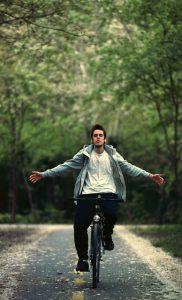 自転車に乗ってバランスをとる男性