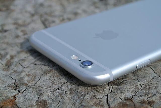 机に置かれたiPhone6