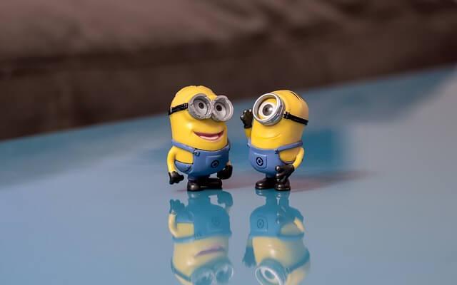 笑顔で会話する映画の中のキャラクター