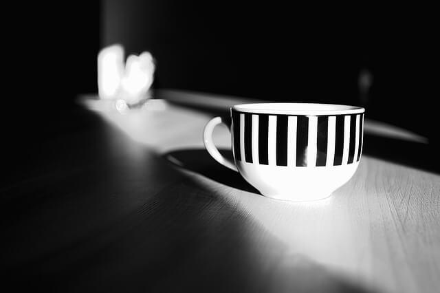 暗い部屋の中に置かれたカップ