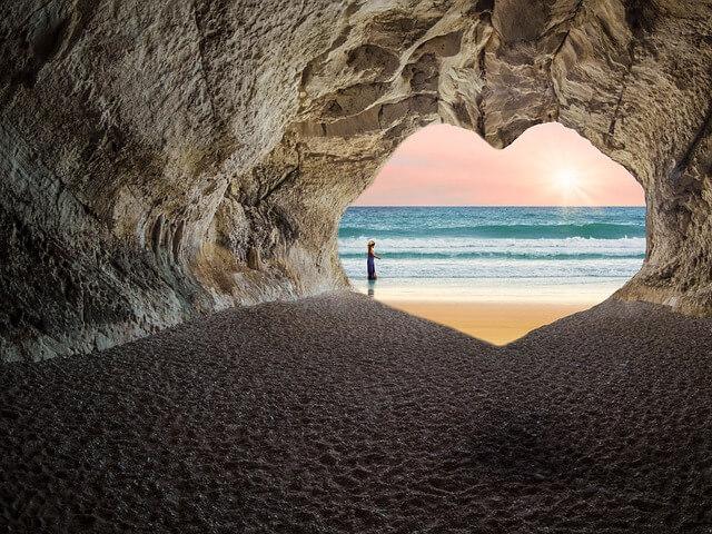 女性と美しいビーチ