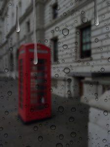 雨に濡れた電話ブース