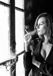 別れ話を告げるためタバコを吸い心を落ち着かせる女性