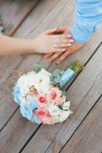 対面でプロポーズするカップル