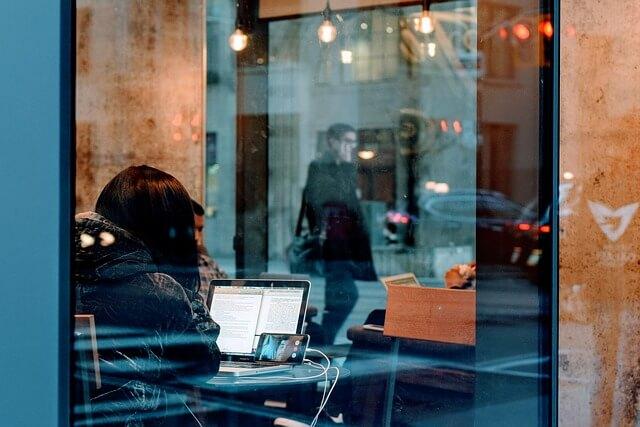 一人で宿題をする女性