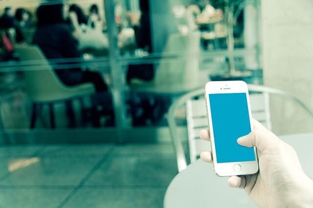 iPhoneと操作する手