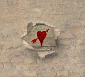 壁に書かれた赤いハート
