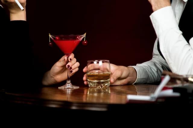 お酒を飲む男女