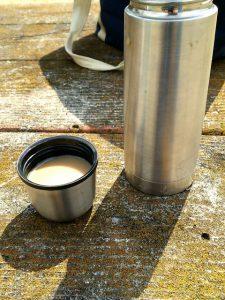 水筒から温かいコーヒー
