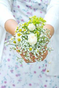 小さな花束を持つ少女
