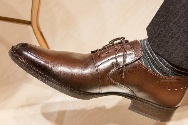 磨かれた革靴