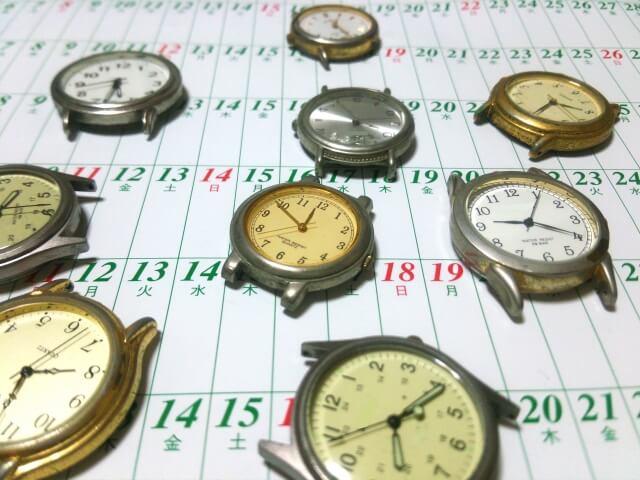 カレンダーと沢山の時計