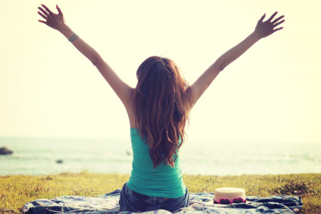 海の見える丘でストレッチをする女の子