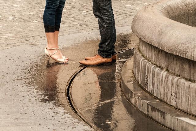 雨の日に待ち合わせするカップル